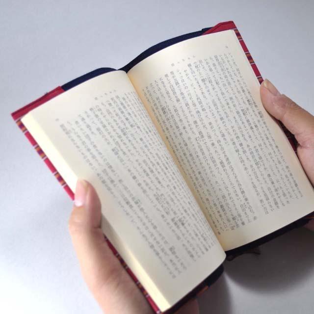 ブックカバー 読んでいるイメージ