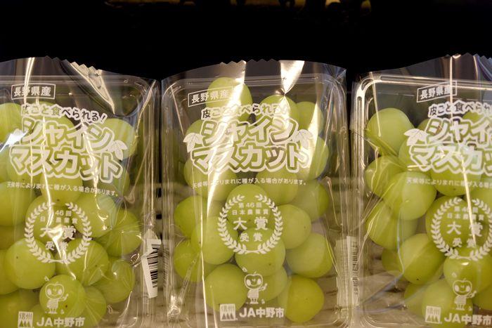 小房のシャインマスカット葡萄 種なし皮ごと食べられるぶどう。1房 約350g×3パック
