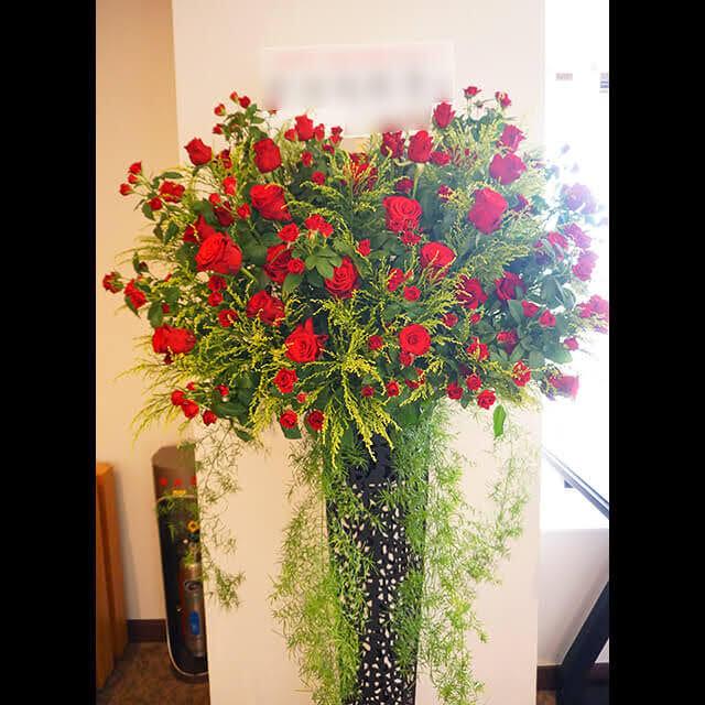 【配達回収無料】アイアンスタンド花 | 赤バラ、ソリダコ、スプレンゲリー、ドラセナ 他