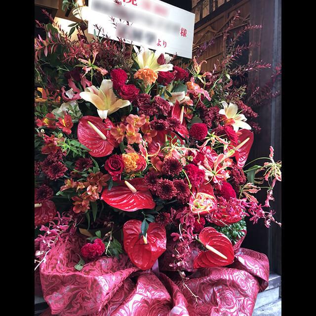【配達無料】大きめアレンジメント   赤バラ、グロリオサ、ケイトウ、紅葵、ラン、百合、紅葉雪柳、不織布他