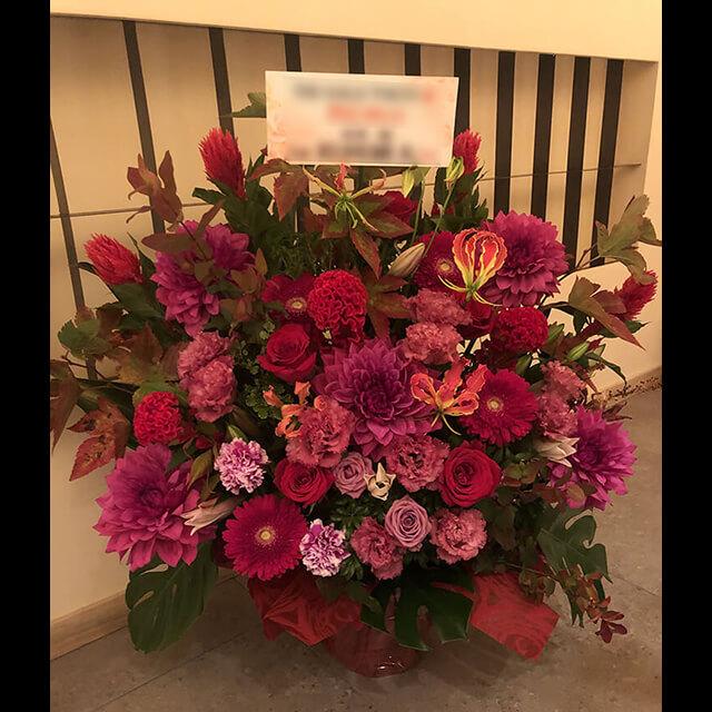 【配達無料】大きめアレンジメント   赤バラ、グロリオサ、ケイトウ、ガーベラ、ピンクユリ、ダリア、紅葉ヒペリカム、紅葉木いちご他