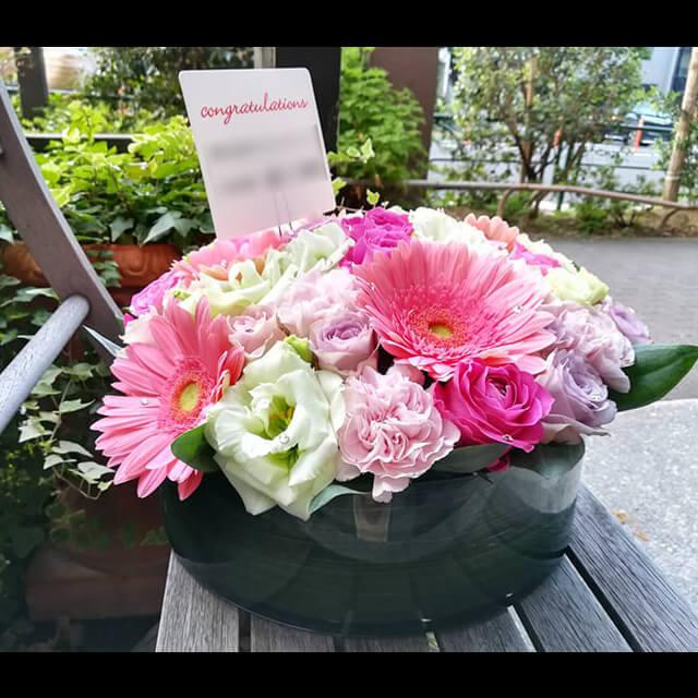 【配達無料】ガラス花器アレンジメント | ガーベラ、バラ、カーネーション、トルコキキョウ 他+スワロフスキー