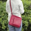 ポケット充実、正方形のような形が特徴のショルダーバッグ(中)ベッテシリーズ2