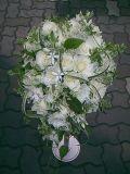 白バラと白小花が可憐なショートキャスケードブーケ