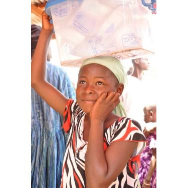 ポストカード「お祭りを楽しそうに見つめる水売りの少女」