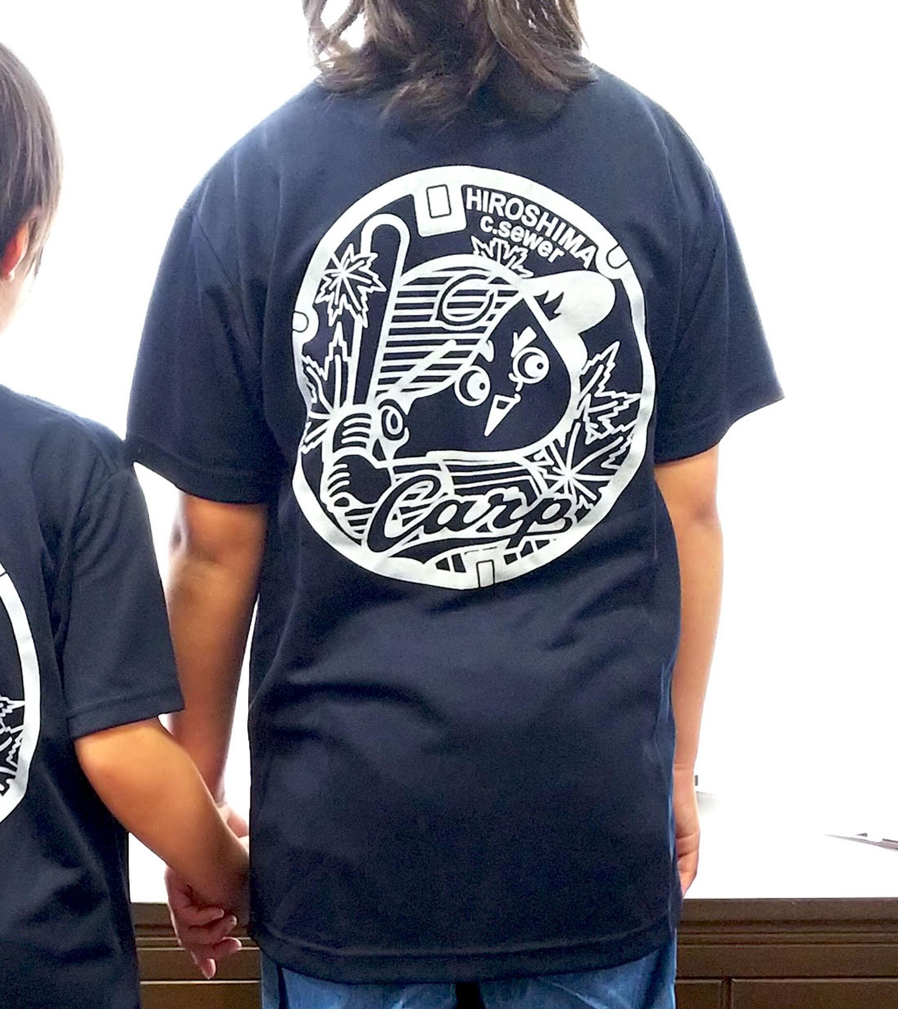 ご当地マンホールTシャツ 広島東洋カープ×広島市下水道局 ネイビー 【子ども用】