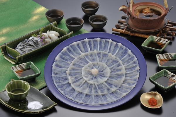 塩とカボスで楽しむ とらふく刺身古式引き 国産とらふく使用 熟練の職人が盛り付けた とらふぐ刺身(てっさ)プラ皿30cm古式引き150g(5人前)
