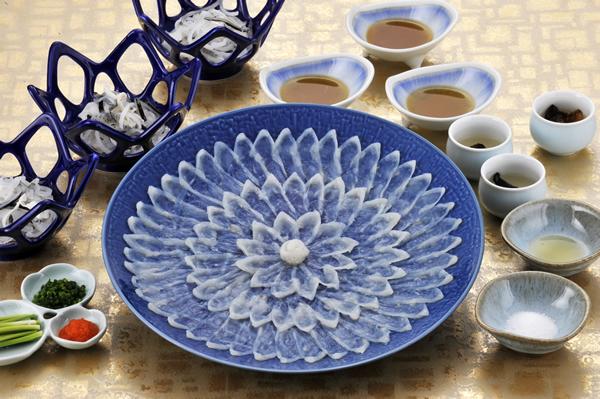 天然とらふく刺身 下関天然国産とらふく使用 熟練の職人が盛り付けた 天然とらふぐ刺身(てっさ)陶器皿27cm90g(3人前)