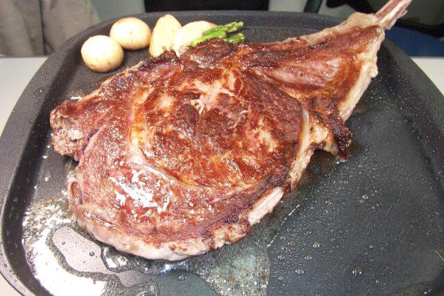トマホークステーキ 肉 バーベキュー
