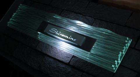 【表札】悠然と輝くダイナミックなロングプレート LEDガラス表札【led-y02】