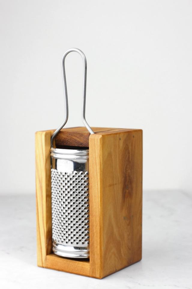 ボックス付チーズ用グラッター アルテレニョ社 イタリア製 (Italian olive cheese grater with box made by Arte Legno) 商品