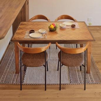 ヘリンボーンのダイニングテーブル