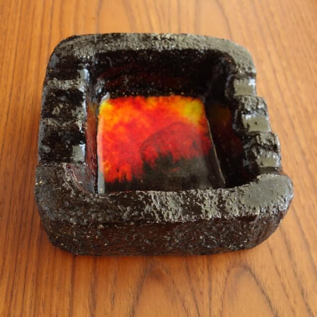 赤と黄色のグラデーションの陶器灰皿