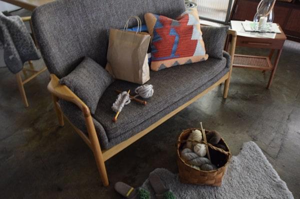 木肘とファブリックの2人掛けソファ