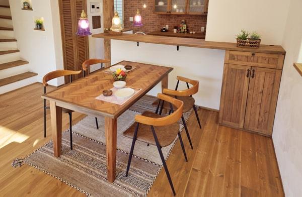 ヘリンボーン柄のダイニングテーブル