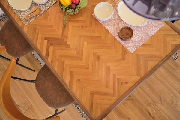 天板がヘリンボーン柄のテーブル