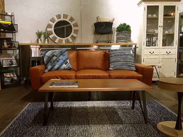 茶色いソフトレザーの3人掛けソファ