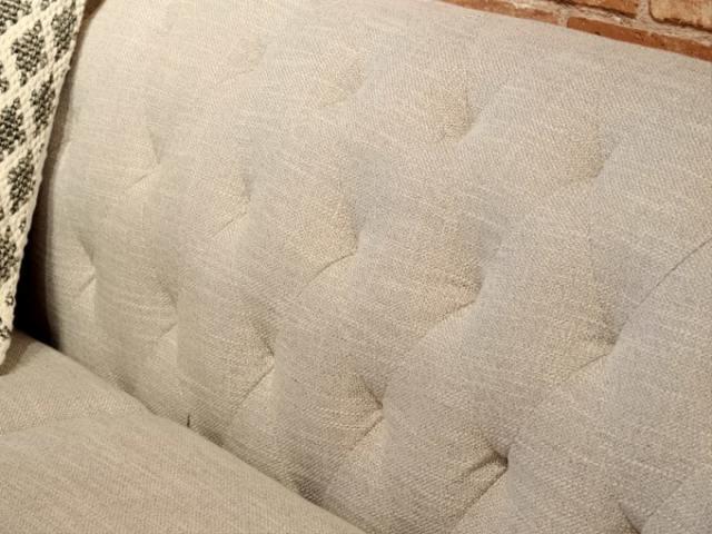 ソファ背面はダイヤステッチで上品な雰囲気