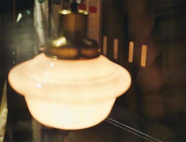 白いガラスシェードのアンティーク風照明