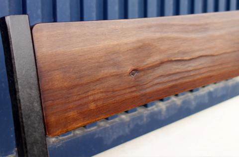 木目の凹凸がわかる仕上がりの椅子背面