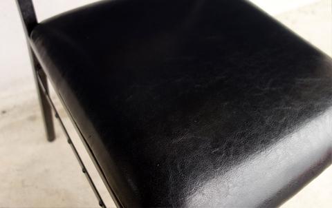 黒い椅子座面