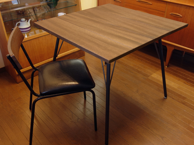 お洒落なウォルナットのダイニングテーブル2人掛け