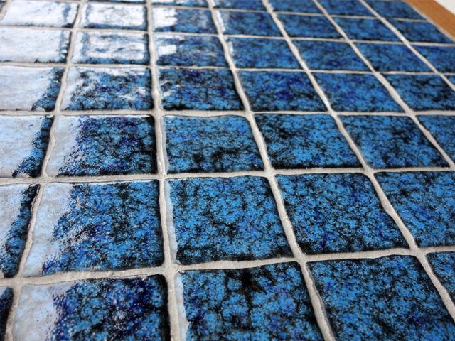青いタイルテーブル 接写