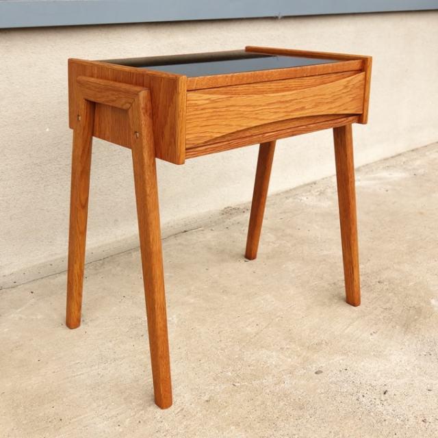 北欧のおしゃれな木製ナイトテーブル