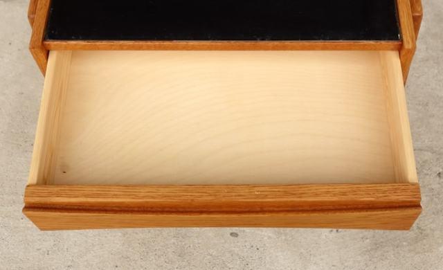 北欧のオーク製ナイトテーブルひきだし