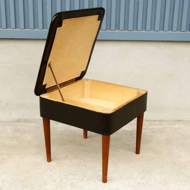 座面を開くと収納できる椅子
