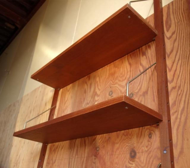 棚板は金属製の棚受けに乗せて固定されます