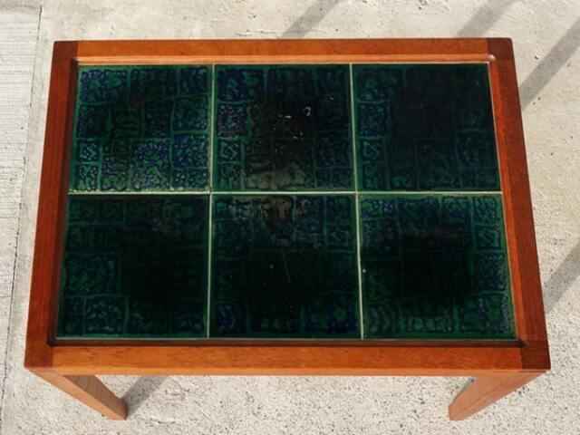 深い青緑のタイルトップテーブル
