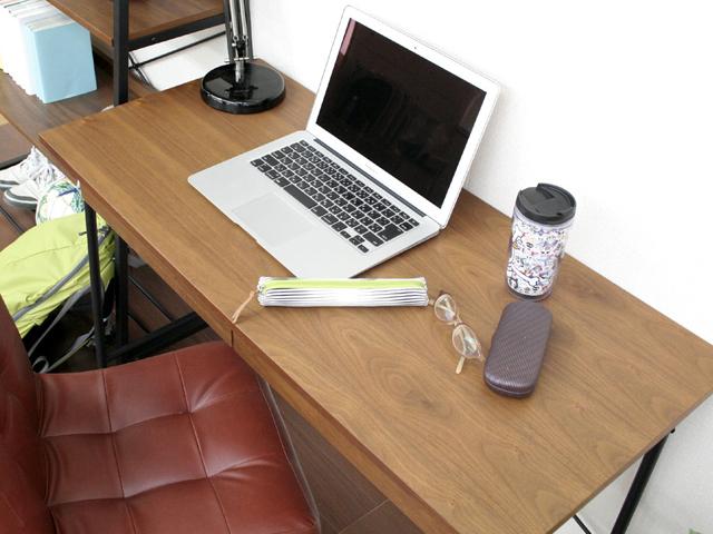 ウォルナットがおしゃれな小さめの机