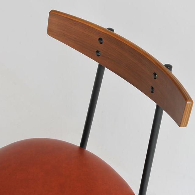 椅子の背もたれはウォルナット天然木使用
