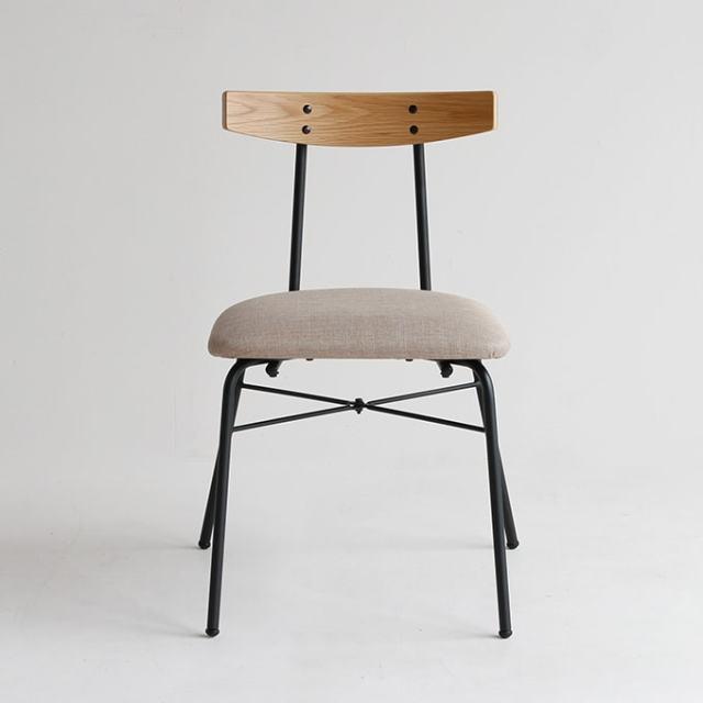 オーク材とアイアンレッグの椅子 前面