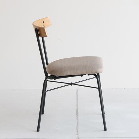 鉄脚のシンプルな椅子