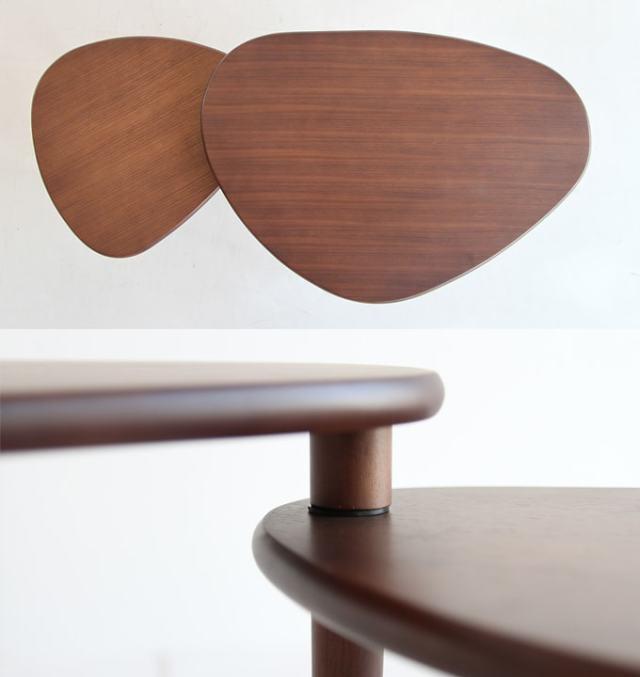 引き出して広げられるテーブル