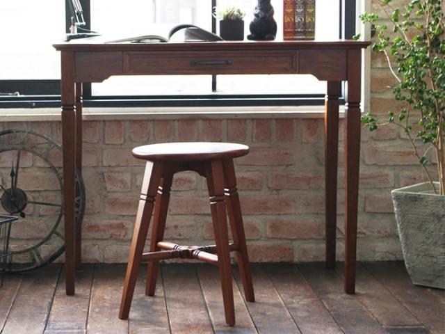 アンティーク調の木製スツールとデスク