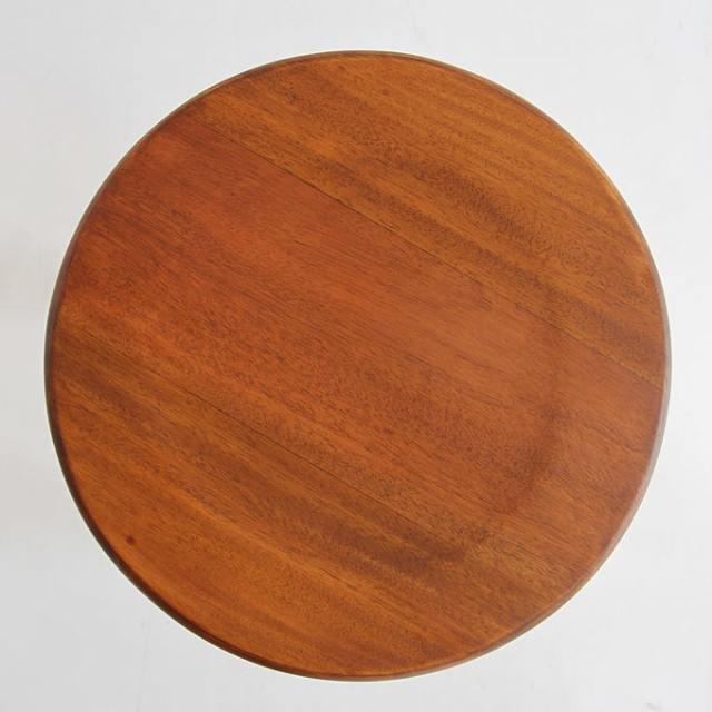 まるい座面の木製スツール