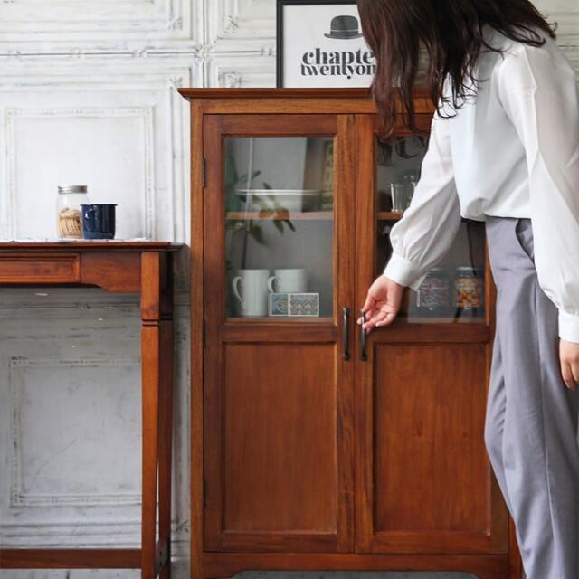 小さめで可愛いガラス戸棚