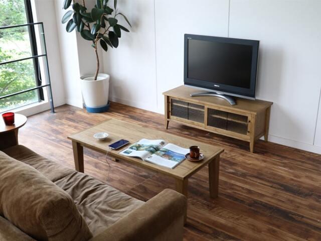 ナチュラルな木製テレビボード
