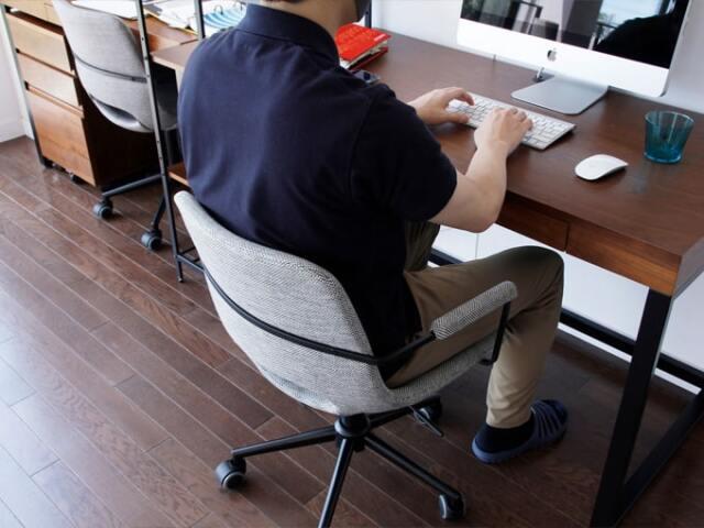 デスクに合わせて高さを調節できる椅子