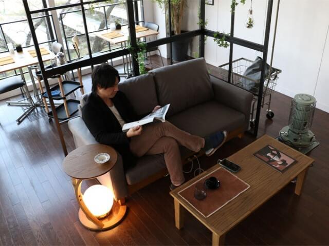 シックな雰囲気のグレーのソファ