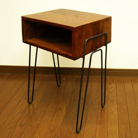 鉄脚のレトロなサイドテーブル