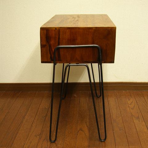 ビンテージ風のサイドテーブル