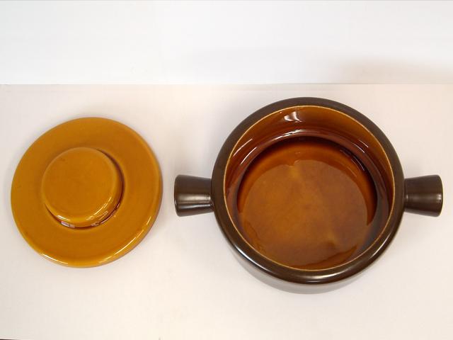ブラウン色の陶器キャセロール