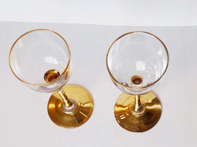 小ぶりなワイングラス 金色ステム