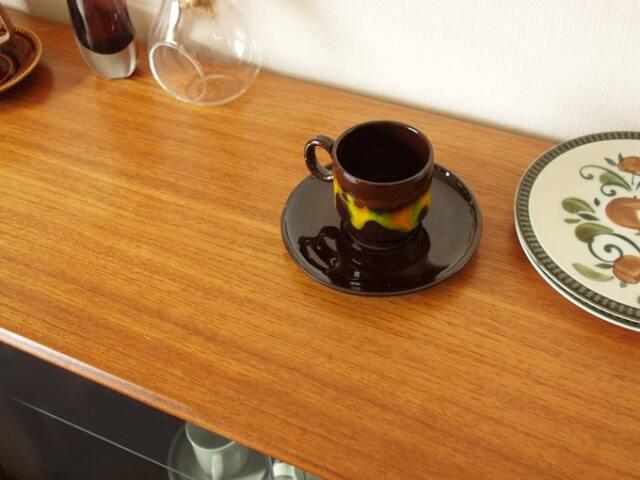 ヴィンテージのコーヒーカップ 黒地に黄色