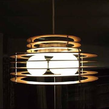 モダンな木製シーリングライト