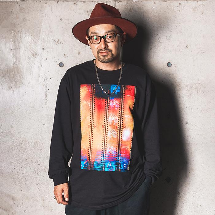 "AKIRA SHIMAZU × TxBONE × AMERICAN WANNABE 「""ONETEN"" L/S TEE」 フォトプリントL/S Tシャツ"